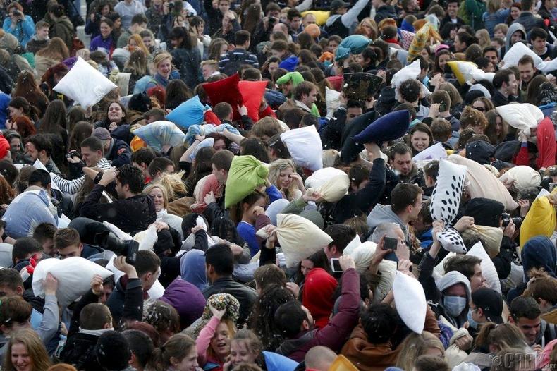 """Будапештэд болсон """"дэрээр тулалдах"""" наадмын үеэр"""