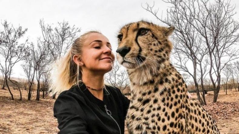 """Зэрлэг байгальд амьдарч, араатан амьтадтай """"найзалдаг"""" бүсгүй"""