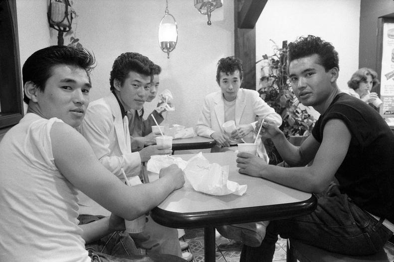 Түргэн хоолны газар сууж буй залуучууд - Токио хот, 1977 он