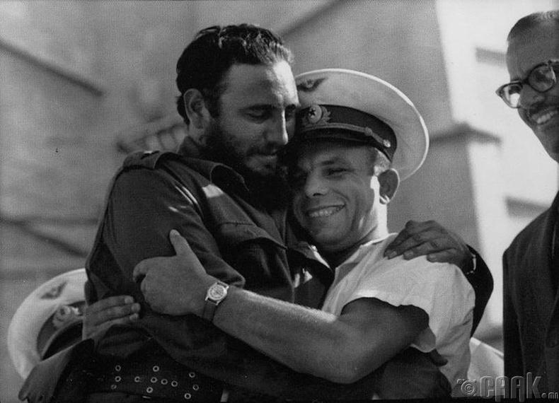 Кубын удирдагч асан Фидел Кастро болон сансрын нисгэгч Юрий Гагарин - 1961 он