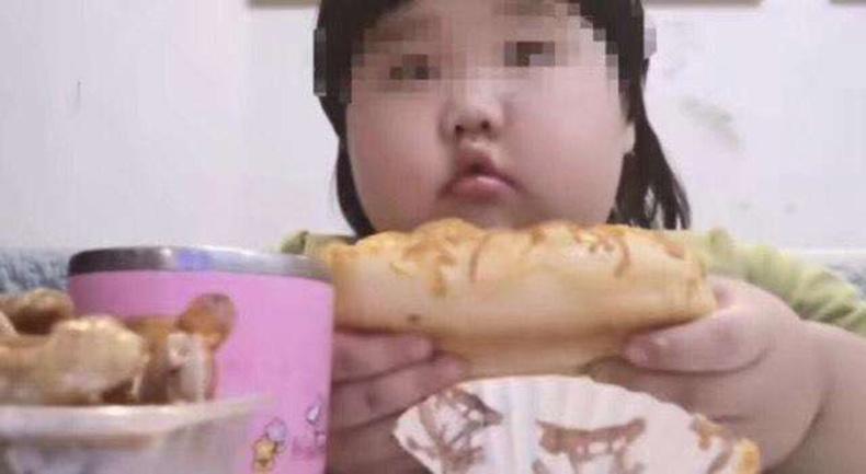 Гурван настай охиноо интернетийн од болгохын тулд 35 кг болтол таргалуулжээ