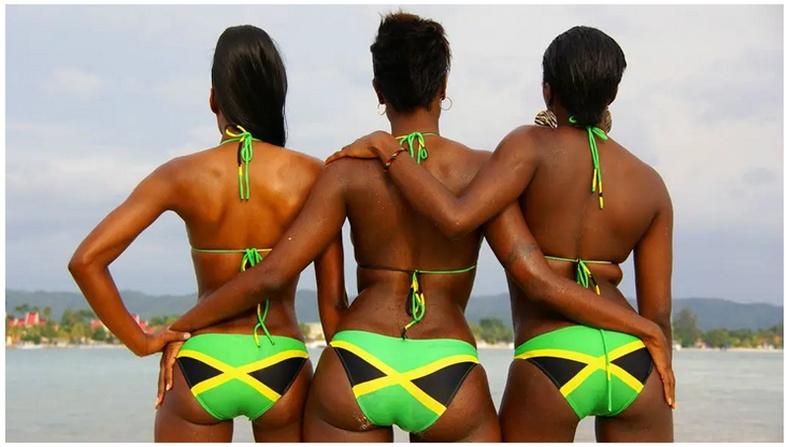 Ямайк улсын далбаа нь улаан, цэнхэр, цагаан өнгө ороогүй дэлхий дээрх цорын ганц төрийн далбаа гэнэ. Тус далбаан дээрх хар өнгө нь иргэдийн хүч чадал, ногоон өнгө нь ногоон тал, шар өнгө нь нарны туяаг илэрхийлнэ
