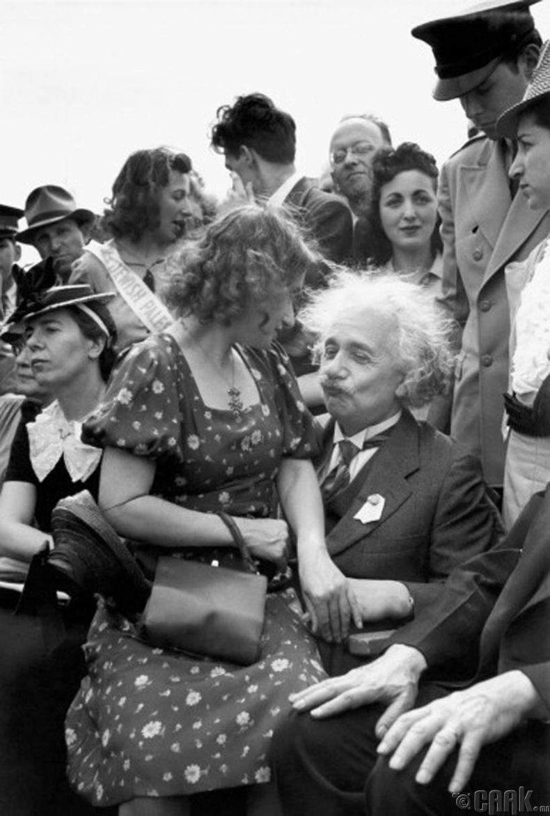 Альберт Эйнштейн (Albert Einstein) өөрийн дагавар охин Марго (Margo)-гийн хамт - 1939 он