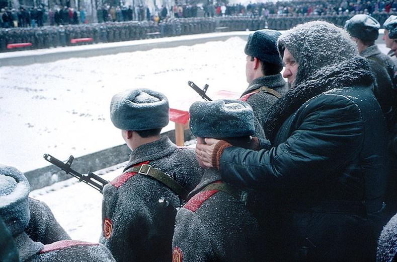 Хүйтэнд жагсаалд зогсох ач хүүгийнхээ чихийг дулаацуулж өгч буй эмээ - Волгоград хот