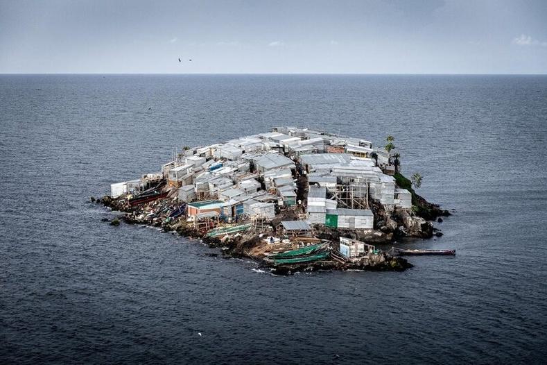 Ганц ч эмнэлэггүй мөртлөө 4 эмсийн хүрээлэнтэй Мигинго арал дээрх амьдрал