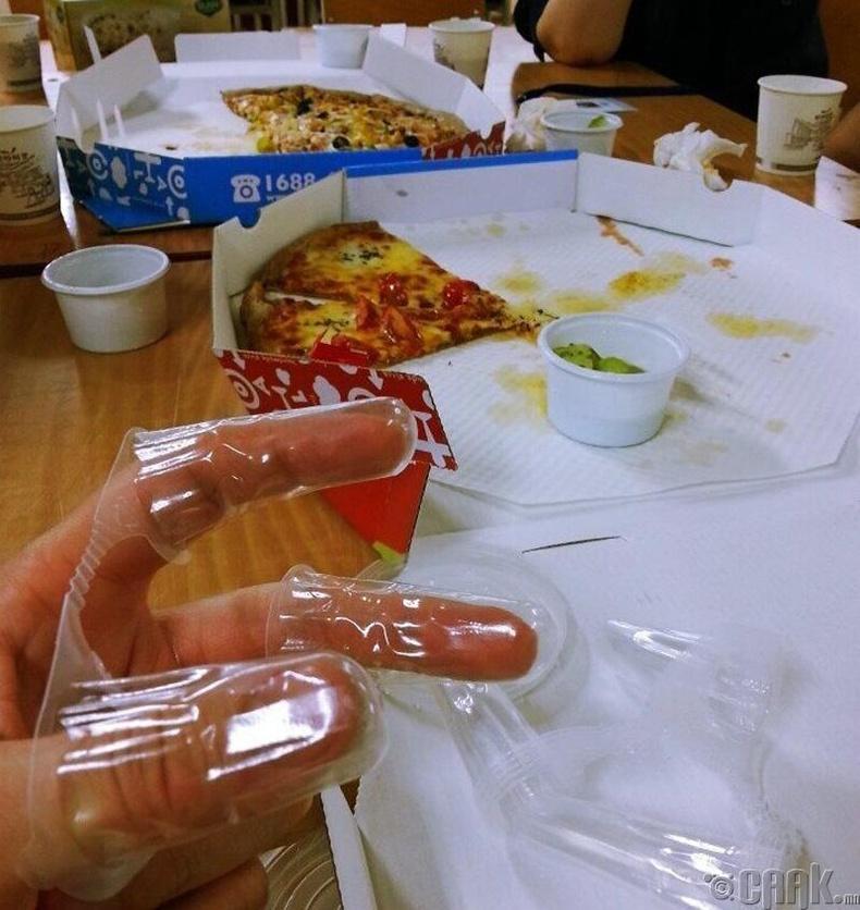 Пиццаг дагалдуулж шаардлагатай жижиг зүйлсийг ч өгдөг