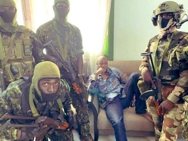 Гвинейд болсон төрийн эргэлтийн үеэр ерөнхийлөгчийг гэрт нь баривчилж байгаа нь