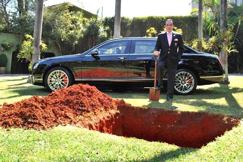 Bentley машинаа оршуулсан бизнесмэн
