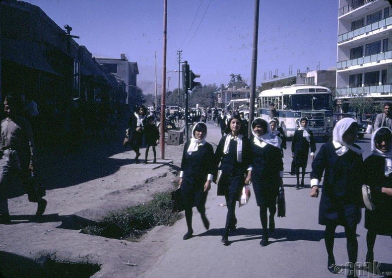 Сургуулиасаа гэр рүүгээ харьж буй Афган охид. Афган хүүхдүүд бүгд дунд сургуулийн түвшинд боловсрол эзэмшдэг байсан