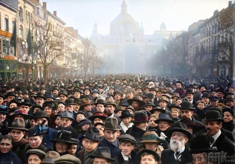Дэлхийн нэгдүгээр дайн дууссан нь зарлагдсаны дараа Берлиний талбай дээр цугласан германы иргэд, 1918 он