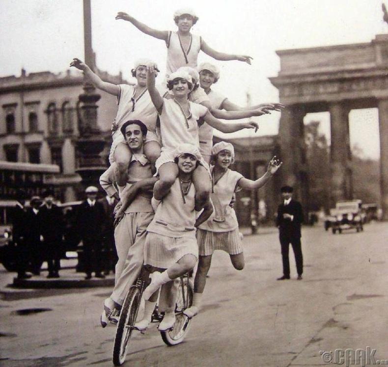 Акробатчин гэр бүл гудамжинд үзүүлбэрээ үзүүлж байна - Берлин хот, Герман, 1920 он