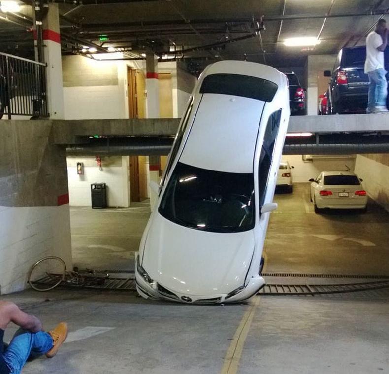 """""""Ажилдаа хоцорсон маань оножээ... Хэдхэн хормын өмнө гарсан бол энэ машин яг дээрээс унах байв"""""""