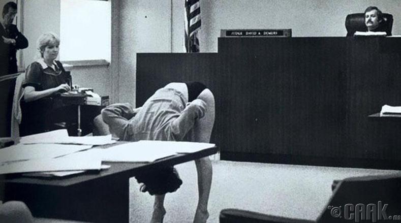 Флорида мужийн шүүх дээр тайчигч бүсгүй гэм буруугүйгээ нотлохын тулд дотуур өмдөө шүүгчид харуулж байгаа нь - 1983 он