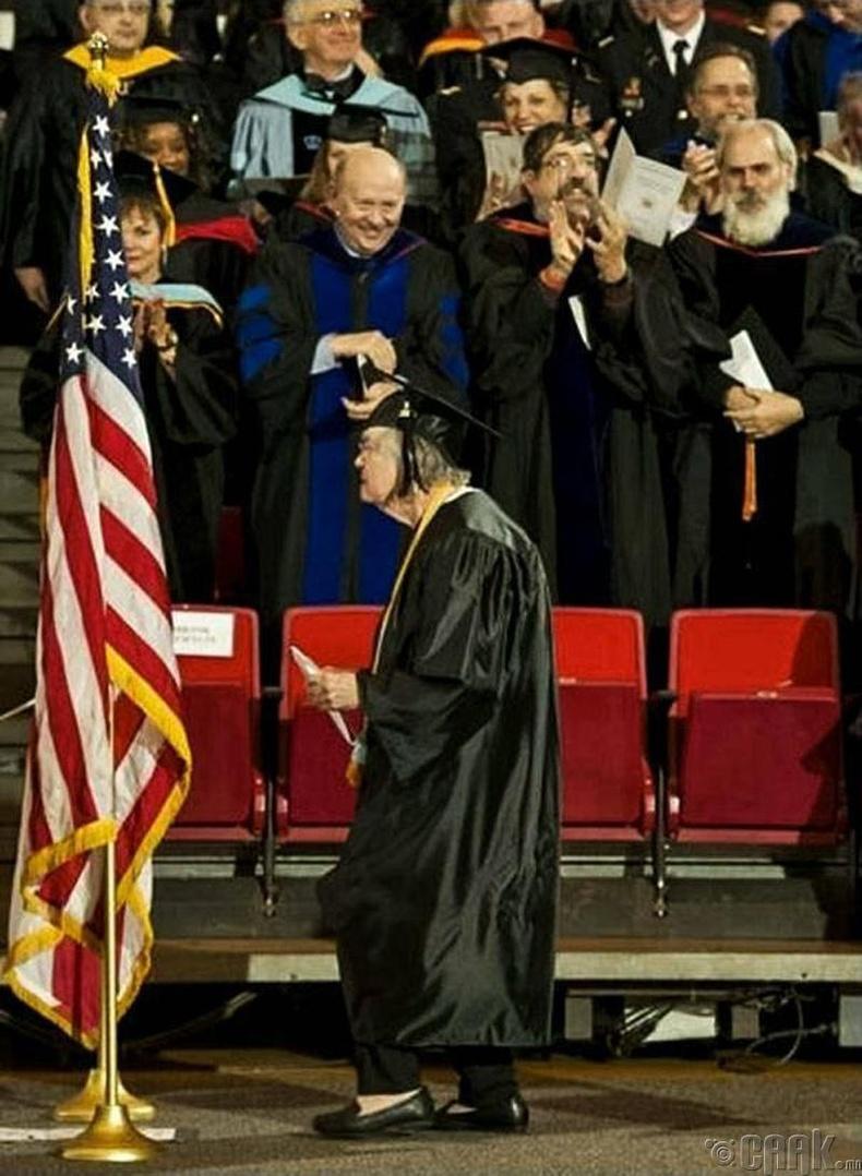 95 настайдаа сургуулиа төгссөн нь