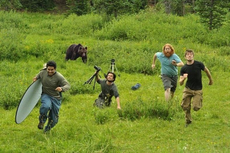 Зураглаачид баавгайгаас зугтаж буй зураг