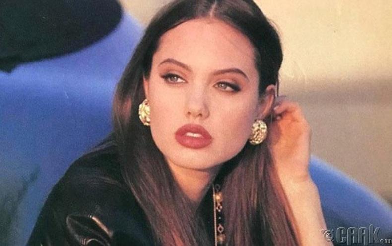 Холливуудын хамгийн сайхан бүсгүйчүүдийн нэг, жүжигчин Анжелина Жоли (Angelina Jolie) 17 настайдаа, 1992 он