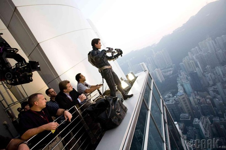"""Кристофер Нолан, Кристиан Бэйл болон багийнхан нь """"Харанхуйн хүлэг баатар"""" киноны зураг авалтын үеэр"""