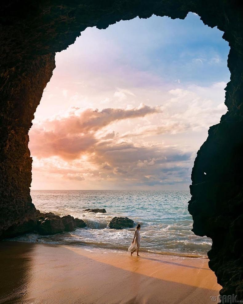 Далайн эрэг дээрээс нар жаргахыг харах мөч - Индонези, Бали