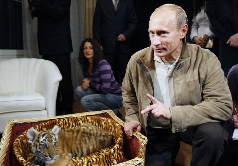 Үл мэдэгдэх хүн Владимир Путинд Сибирийн барын бамбар бэлэглэжээ