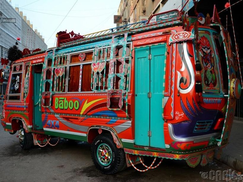 Өнгө алаглуулан будсан ажилчдын автобус замдаа гарчээ - Паким