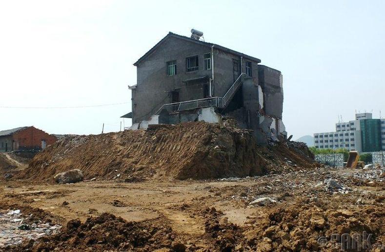 Ичанг хотын барилгын талбай дээрх ус, тоггүй ганцаардмал байшин