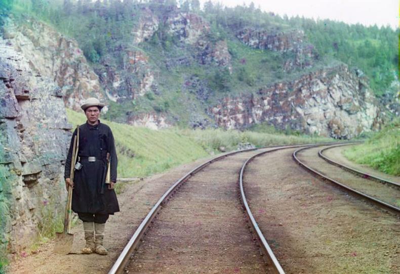 Сибирийн төмөр зам дээр ажиллаж буй залуу - Юрюзань голын эрэг дээрх Усть-Хатав хотын ойролцоо