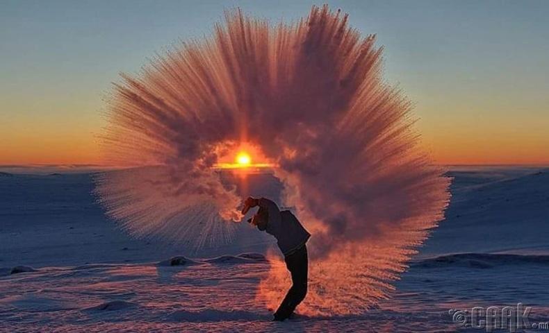 Буцалж байгаа халуун усыг өвлийн хүйтэнд гадаа цацвал юу болох вэ?