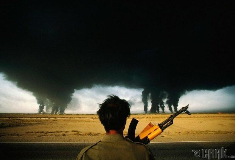 Газрын тосны талбай-1990 онд Персийн булангийн дайны үеэр Иракийн хүчнийхэн гал тавьсан газрын тосны талбайг шатаж байгааг Ираны цэргүүд харж байна