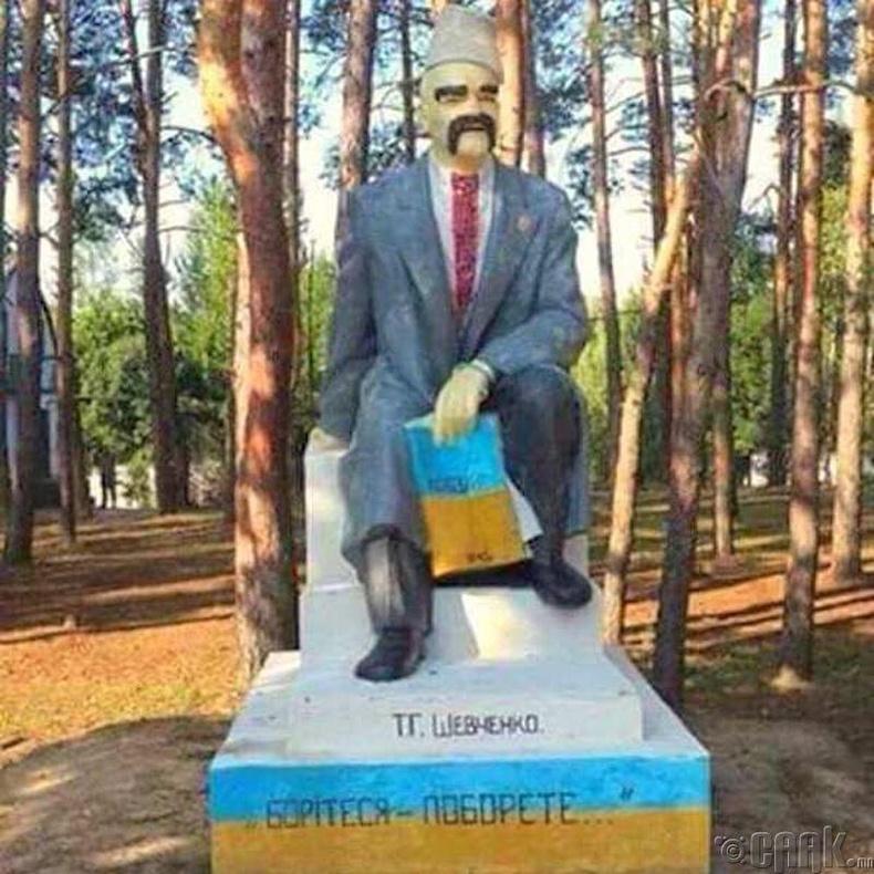 Украйн дахь Лениний хөшөөг яруу найрагч Тарас Шевченко болгон өөрчлөв
