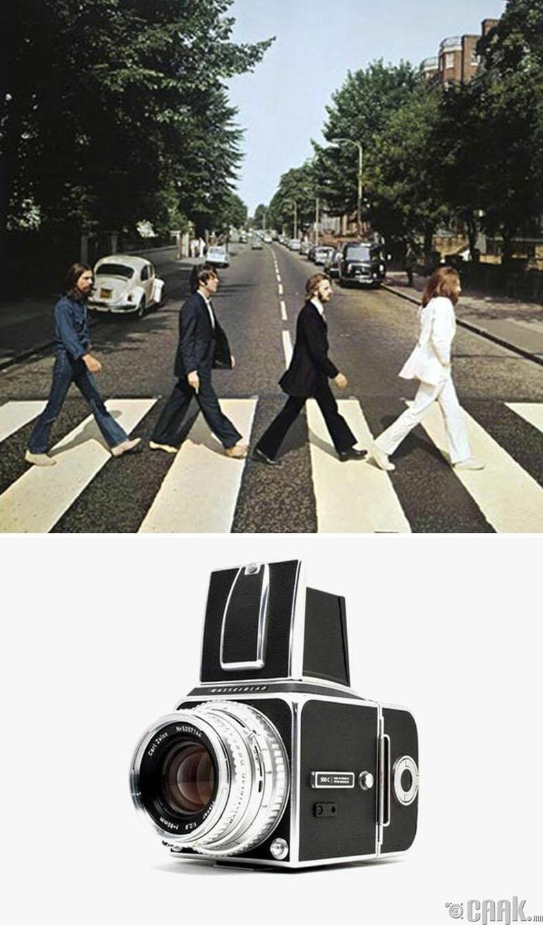 """Битлз хамтлагийн """"Abbey Road"""" цомгийн зураг, Иан Макмиллан, 1969 он. """"Hasselblad"""" камер"""