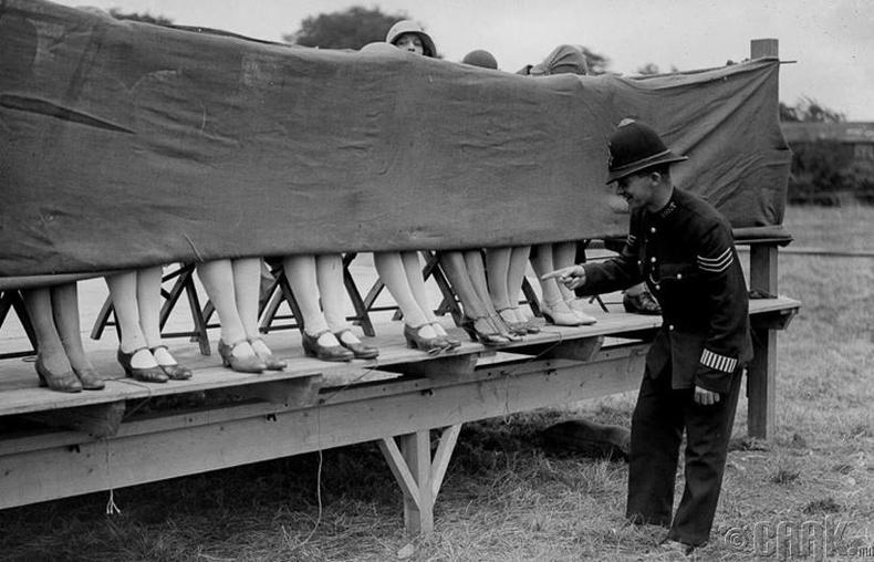Гоо бүсгүйн тэмцээнд шүүгч хийж буй цагдаа бүсгүйчүүдийн хөлийг шинжиж байна - Лондон, 1930 он