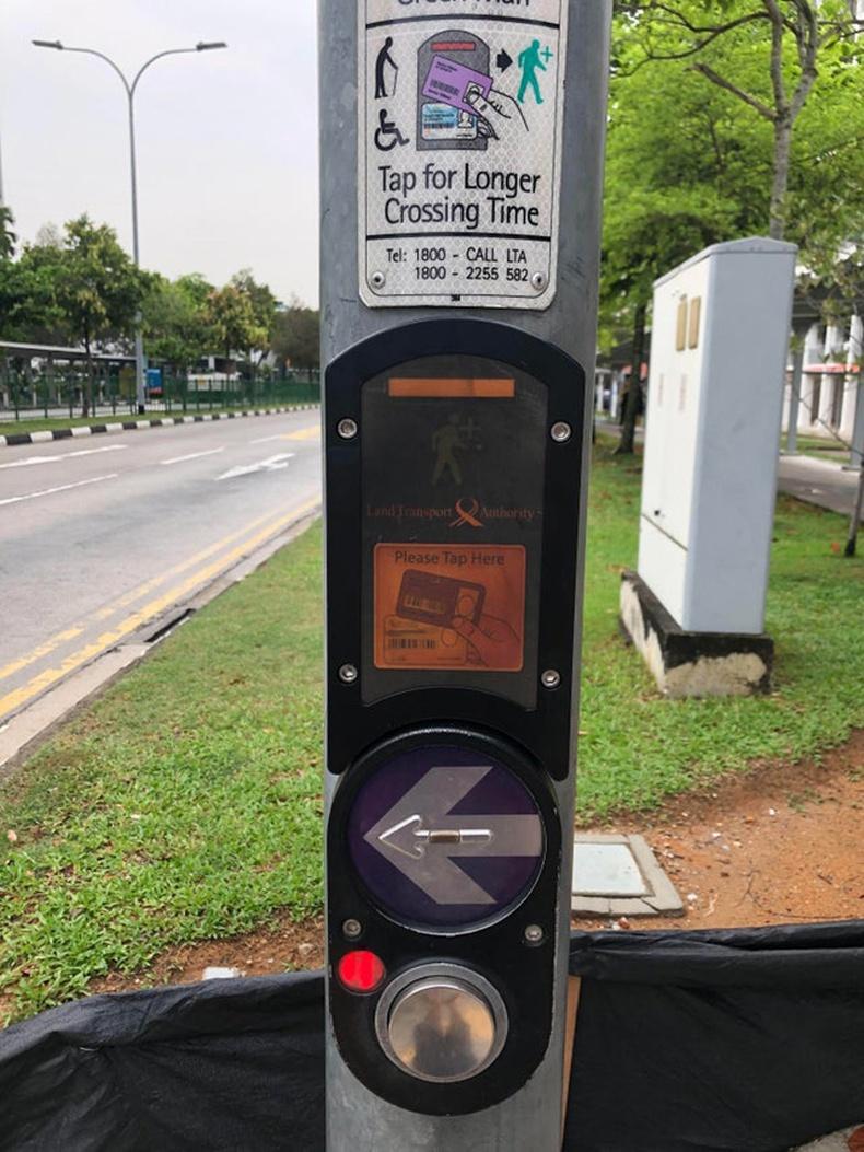 Ахмадууд, хөгжлийн бэрхшээлтэй хүмүүс өөрийн картаа уншуулснаар зам хөндлөн гарах үед ногоон гэрлийн асах хугацаа уртасдаг (Сингапур))