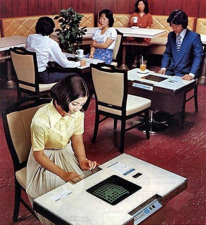 Компьютер суурилуулсан ширээ бүхий кафе - Япон, 1978