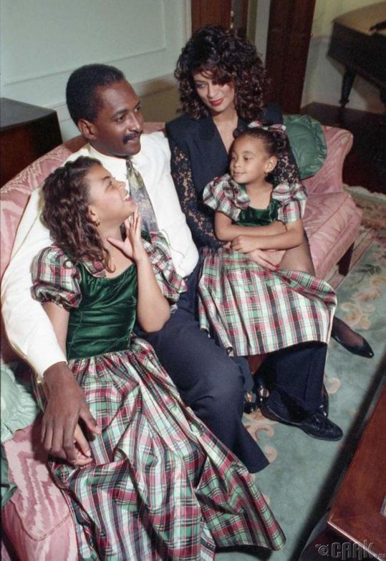 Дуучин Бейонси (Beyoncé) болон Соленж (Solange Knowles) нар аав ээжийнхээ хамтаар, 1990 он