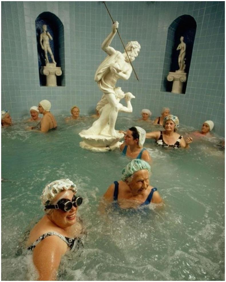 Бүсгүйчүүд халуун жакузинд амарч байгаа нь - Санкт-Петербург, 1973 он