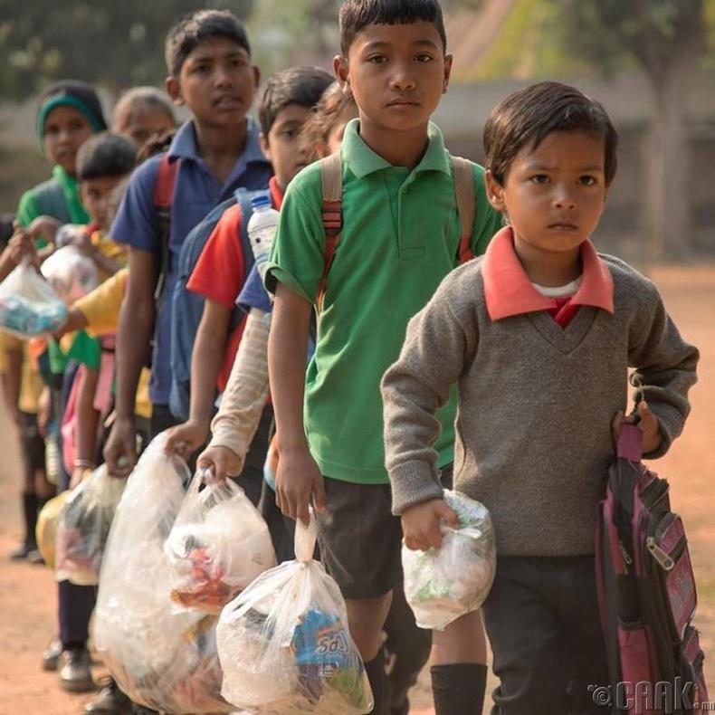 Мөнгөөр бус хуванцар хог хаягдлаар сургалтын төлбөрөө төлдөг сургууль бий