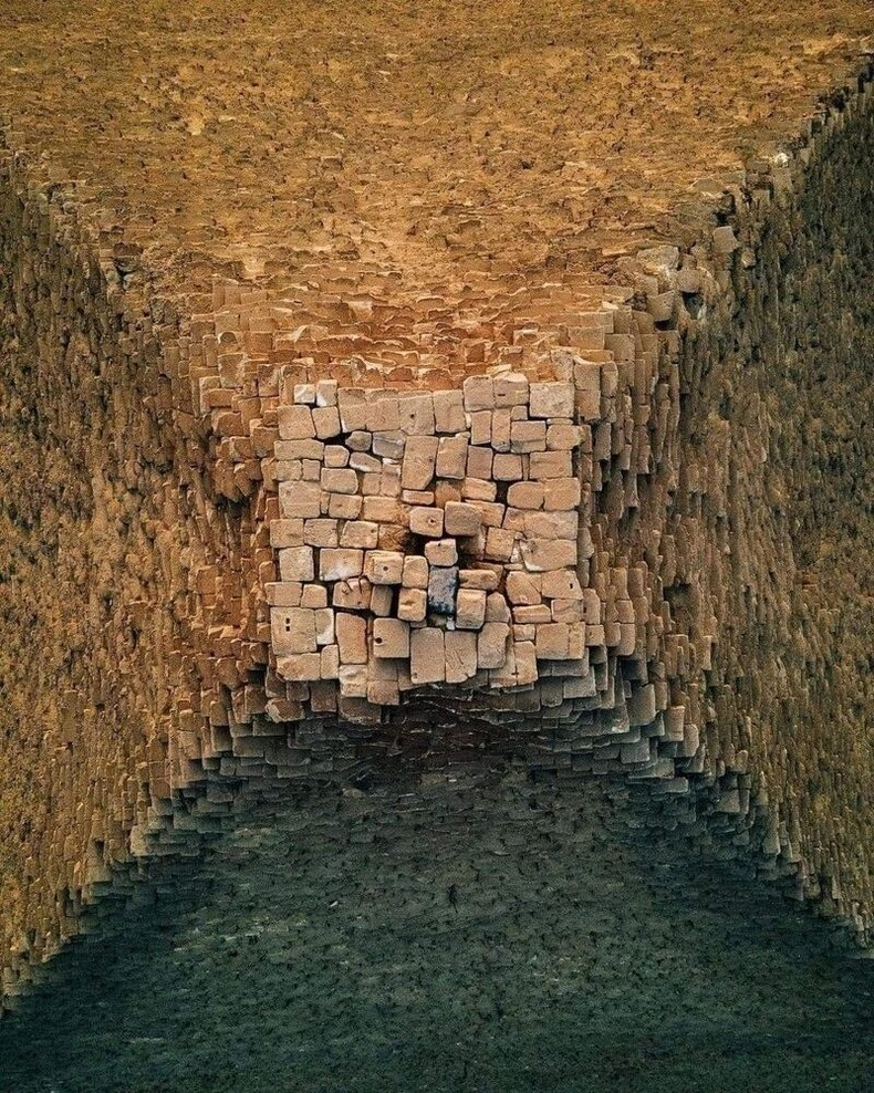 Египетийн пирамд эгц дээрээсээ