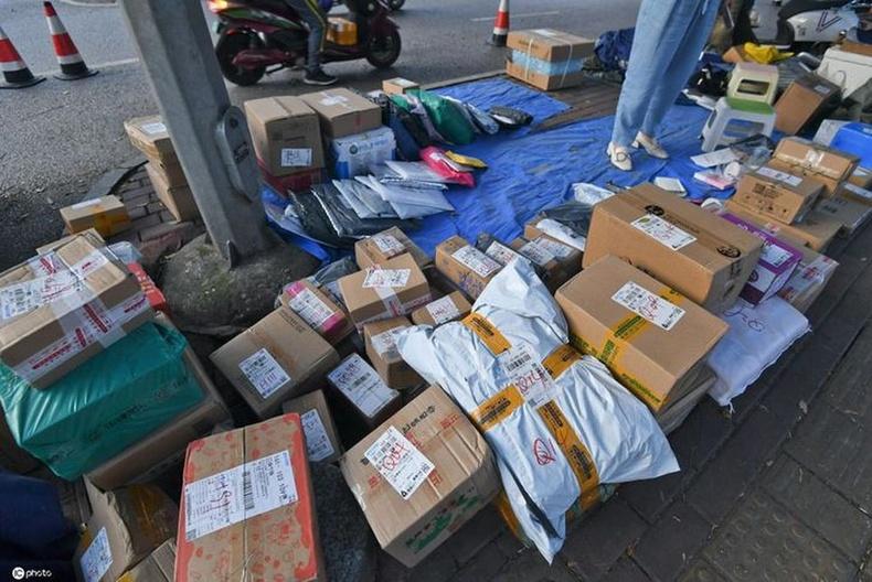 Хятад иргэд ихэнх худалдааг онлайнаар хийх тул томоохон хямдралын дараа орон сууцны хорооллын гудамж боодолтой бараагаар дүүрдэг.