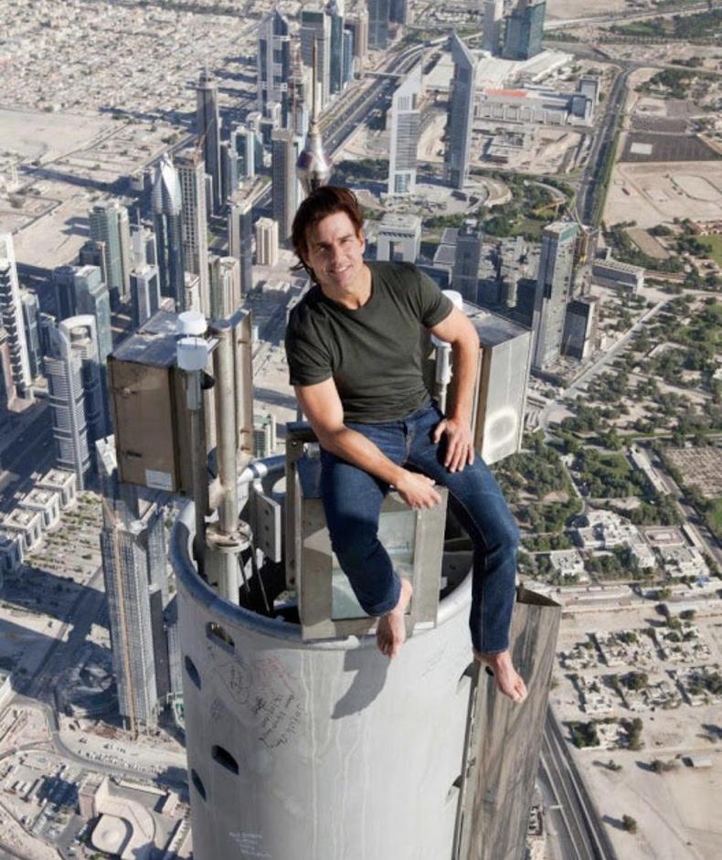 """Жүжигчин Том Круз """"Биелэгдэшгүй даалгавар-4"""" киноны зураг авалтын үеэр Дубайн Бурж Халифа цамхгийн орой дээр сууж байгаа нь"""