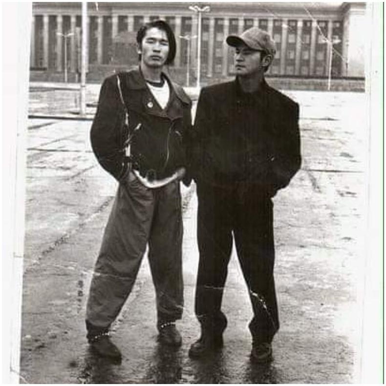 """""""Хар сарнай"""" хамтлагийн дуучин С.Амармандах багын найзын хамт, 1990"""