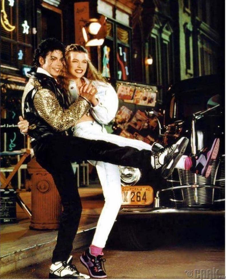 Дуучин Майкл Жексон болон загвар өмсөгч Милла Йовович (Michael Jackson, Milla Jovovich) нар сурталчилгаанд тоглож байгаа нь - 1990 он