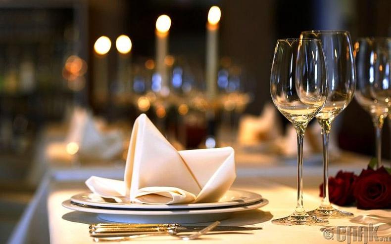 Гайхалтай оройн зоог