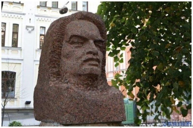Украины нийслэл дэх Лениний хөшөөг францын зохиолч Оноре де Бальзакийн хөшөө болгожээ
