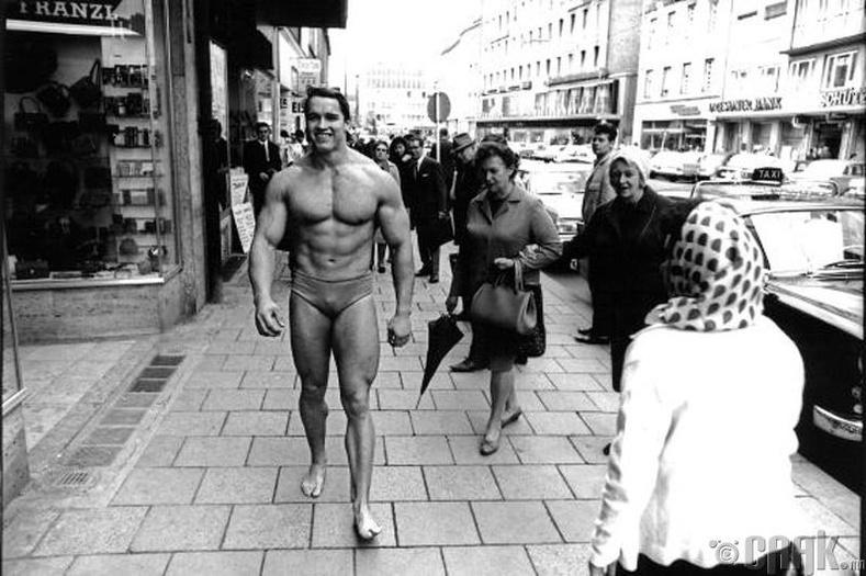 Жүжигчин Арнольд Шварценеггер (Arnold Schwarzenegger) өөрийн бялдаржуулах клубээ сурталчилж байгаа нь - 1969 он