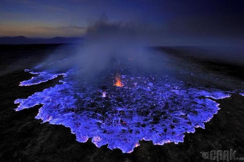 Индонезийн Ява арал дээрх нэгэн галт уулын лаав химийн урвалын нөлөөгөөр цэнхэр өнгөтэй болдог байна