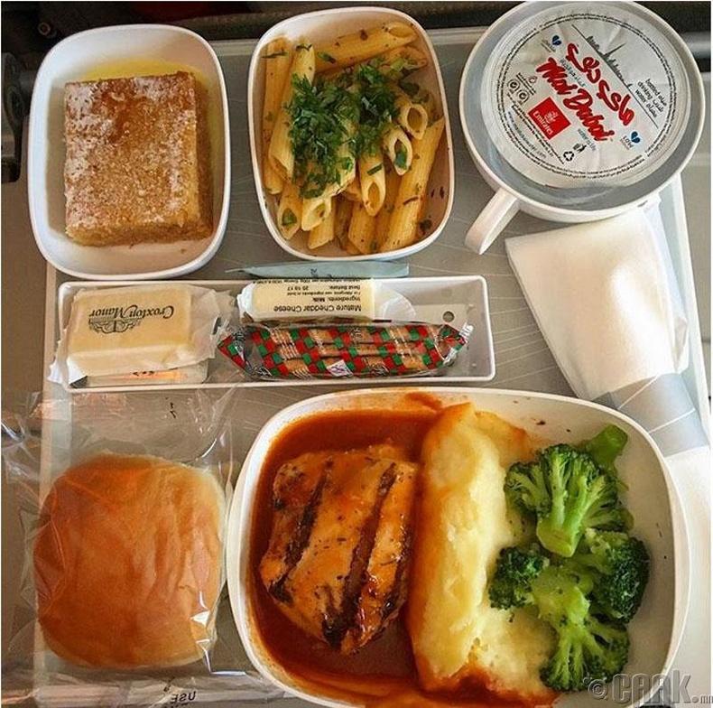 """""""Emirates"""" - Шарсан тахиа, төмсний нухаш, брокколи, алимны бялуу"""