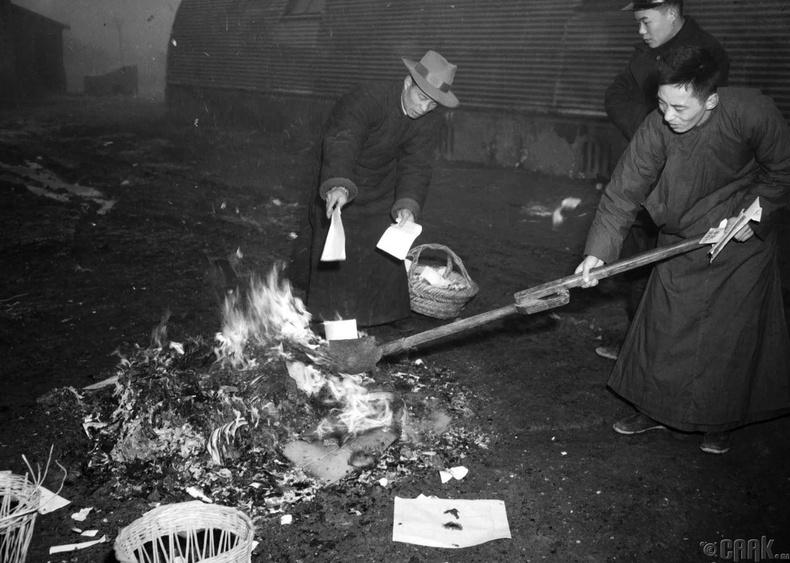 Засгийн газрын үйл ажиллагаатай холбоотой баримт бичгүүдийг коммунист намын гарт орохоос сэргийлж шатааж буй нь, 1949 оны 2-р сарын 5