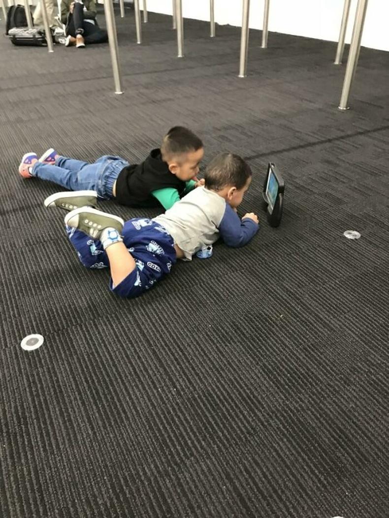 Онгоцны буудал дээр найзууд болсон хоёр. Хэдий хэл нэвтрэлцэхгүй ч өдөржин хамт байцгаажээ.