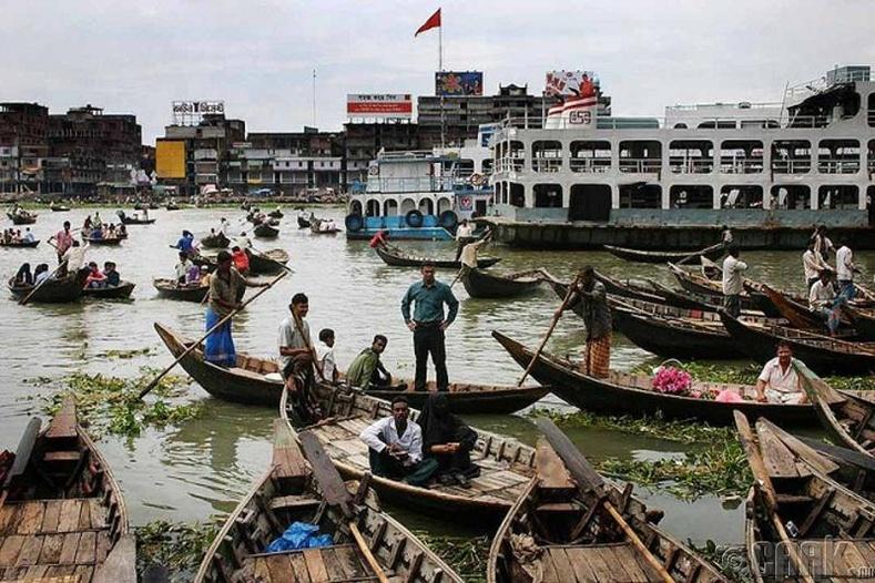 Бангладешд сургуулиуд усан дээр байдаг