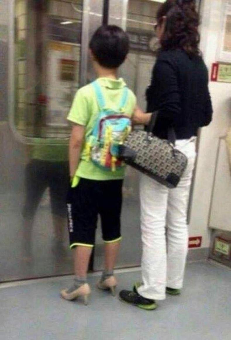 Хүү нь ээжийнх нь гутал холгож байгааг анзаараад сольж өмсжээ
